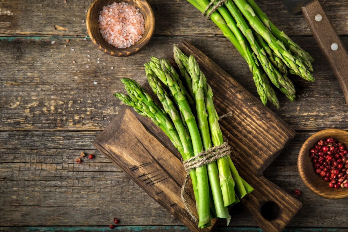 Green-Asparagus-on-Wooden-Background